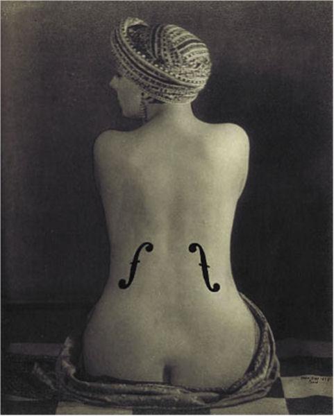 716.Man Ray (1890-1976) : Le violon d'Ingres, 1924. Epreuve aux sels d'argent rehaussée de crayon et encre de Chine, 28,2 x 22,5 cm. Paris, musée national d'Art moderne - Centre Georges-Pompidou.